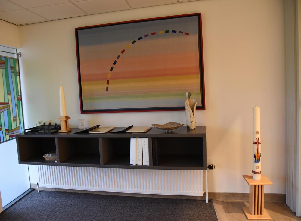 DSC_0009 stilte ruuimte in Vredehorst met de schilderij van de regenboog uit de Kerkboerderij foto Ada Veldmank