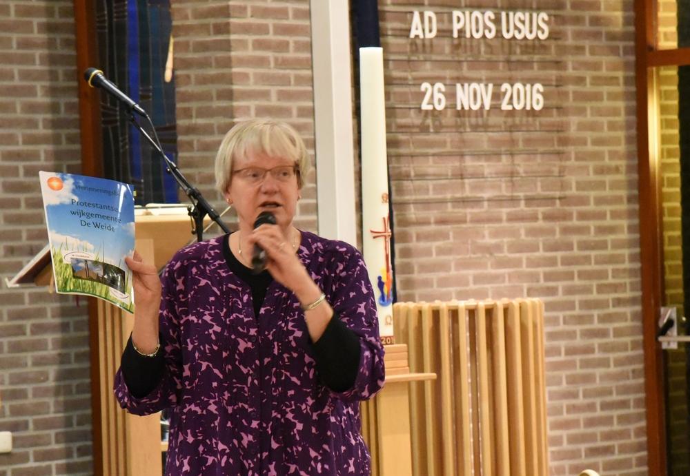 DSC_0111 Presentatie van het Herinneringsboek van beide Kerken an Annelies foto Ada Veldman k