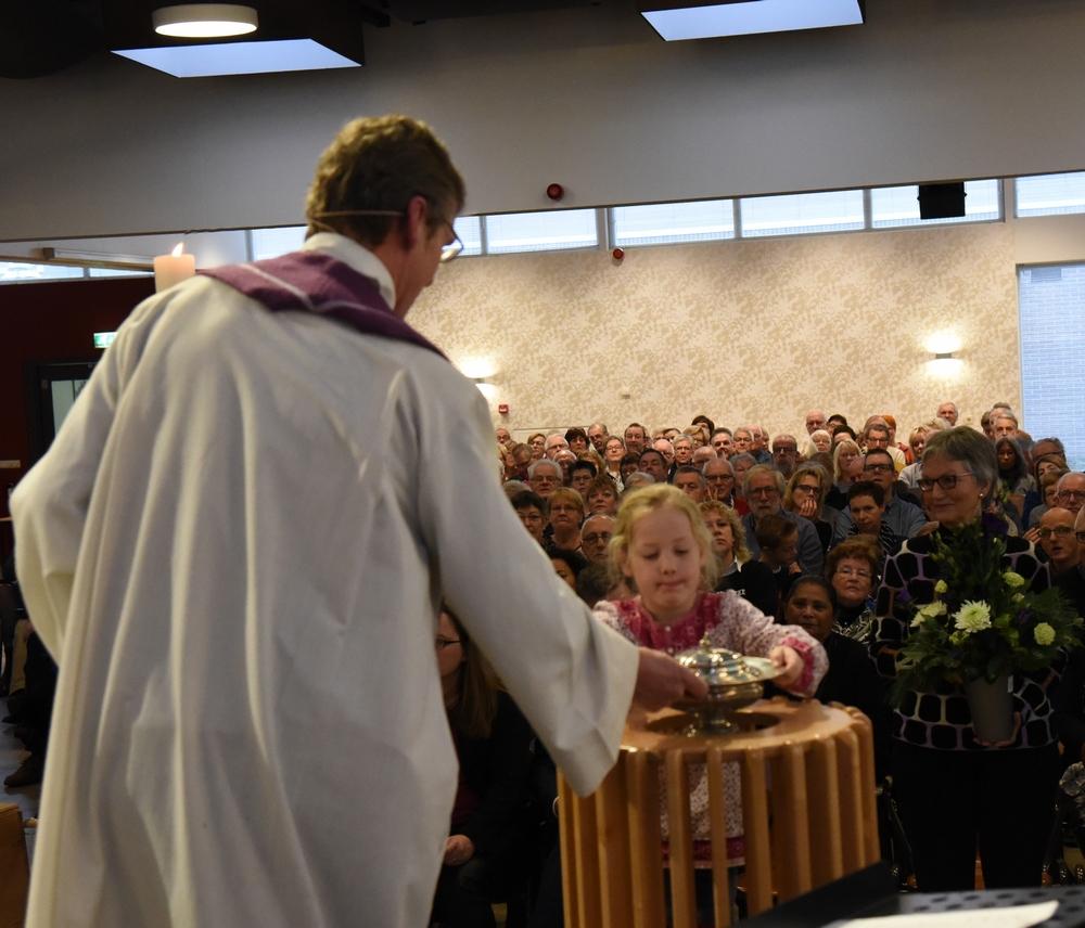 DSC_0069 het doopvont terug plaatsen Lief foto Ada Veldman k