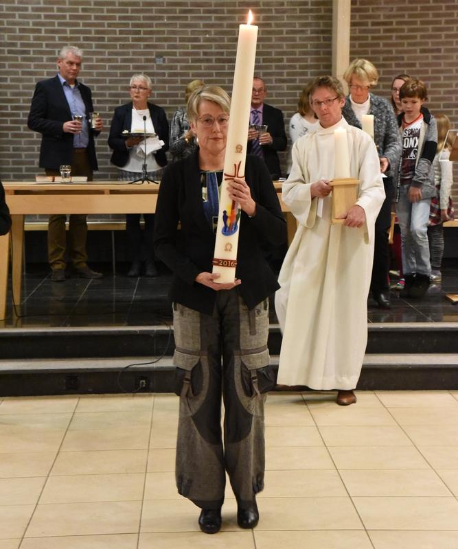 DSC_0233 onder het Pelgrimslied verlaten wij de Kerkzaal en laten een leeg luturgischecentrum achter foto Ada Veldman k
