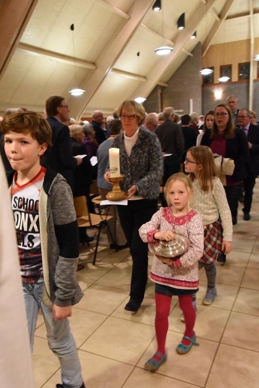 DSC_0238 het verlaten van de kerkzaal k