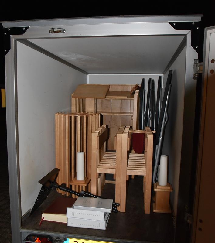 DSC_0320 en hup in de verhuiskar. Naar de nieuwe kerk Foto Ada Veldman k